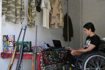 محمد حميدو أصغر بائع سلاح في كفرنبل السورية